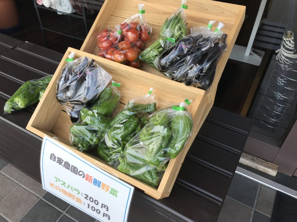 入り口に自家農園の新鮮野菜がずらり