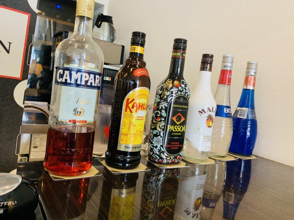 カウンターにお酒が並んでいます。