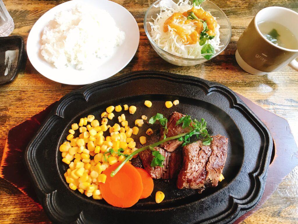 ふわっふわステーキ ライス、スライスキャベツ、スープ付き